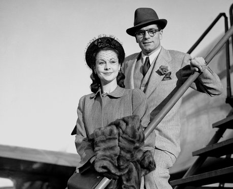Vivien Leigh and Laurence Olivier leaving an aeroplane